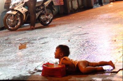 路上の物乞い少年:ガイドブックには載っていないベトナム